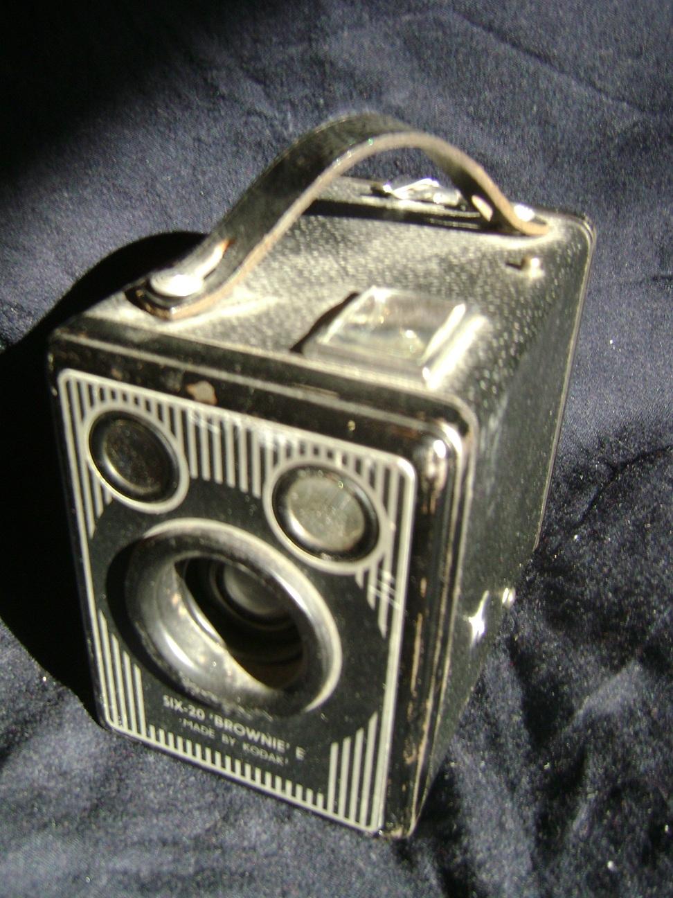Kamera_Kodak_Six-20_Brownie_E_2.JPG
